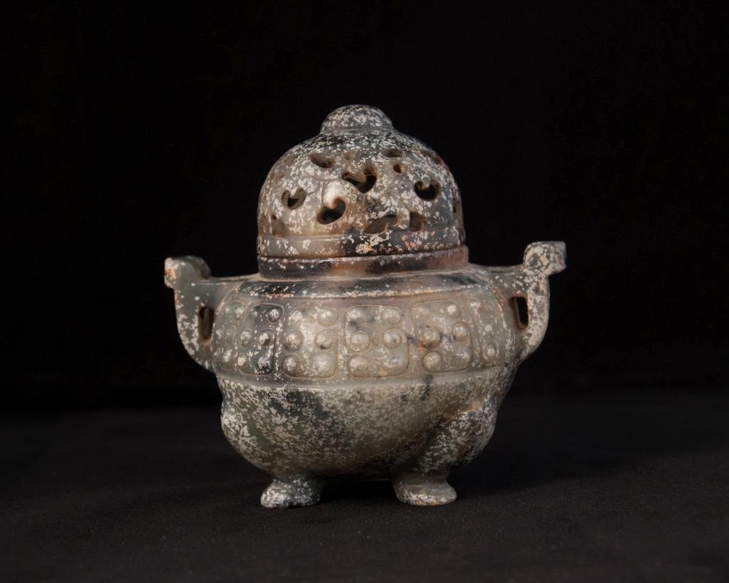 9: AN ARCHAISTIC JADE CENSER AND COVE - 4