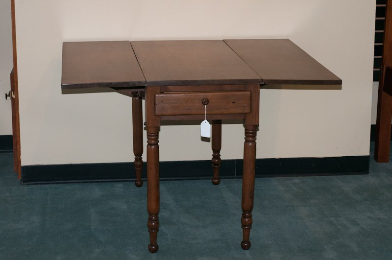 1021: A Walnut Sheraton Drop Leaf Table,