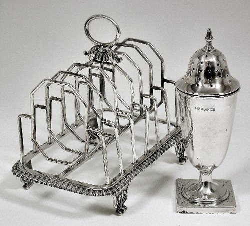 21: A George III silver six division toast rack with ga