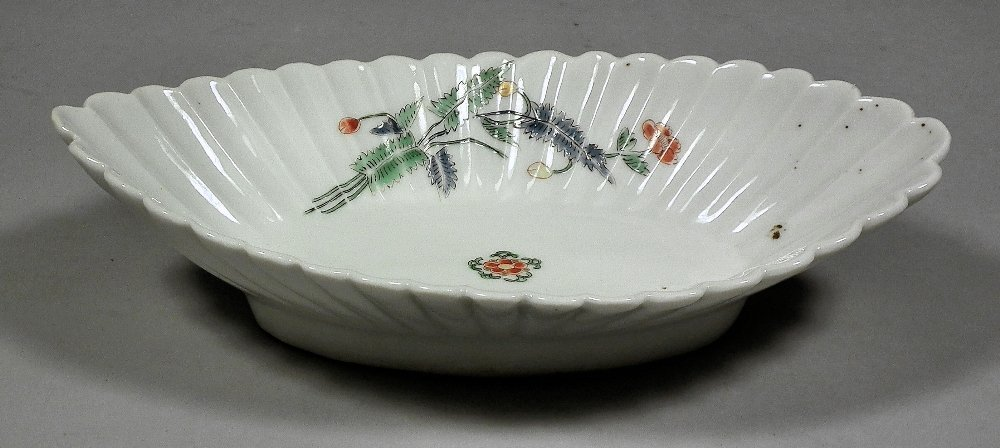 A Japanese Kakiemon porcelain oval bowl with fluted sid