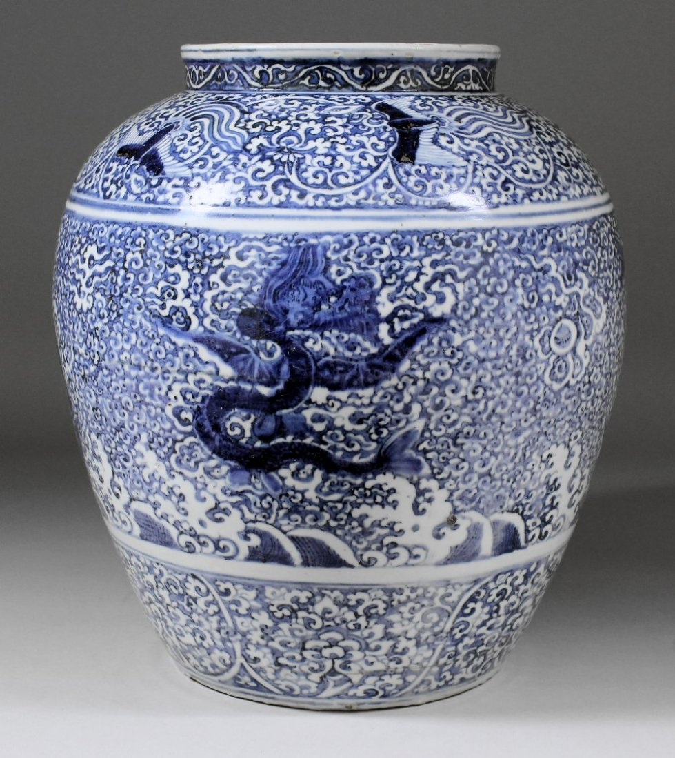 """A large Chinese blue and white porcelain """"Dragon"""" jar p"""