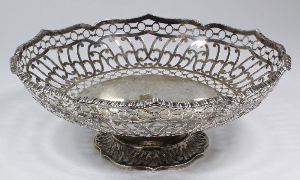 An Edward VII silver circular basket, the pierced borde