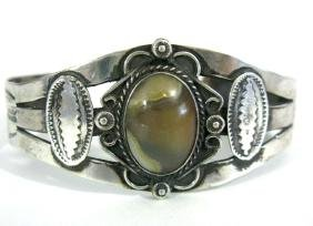 VINTAGE NAVAJO STERLING CUFF BEACELET WITH AGATE