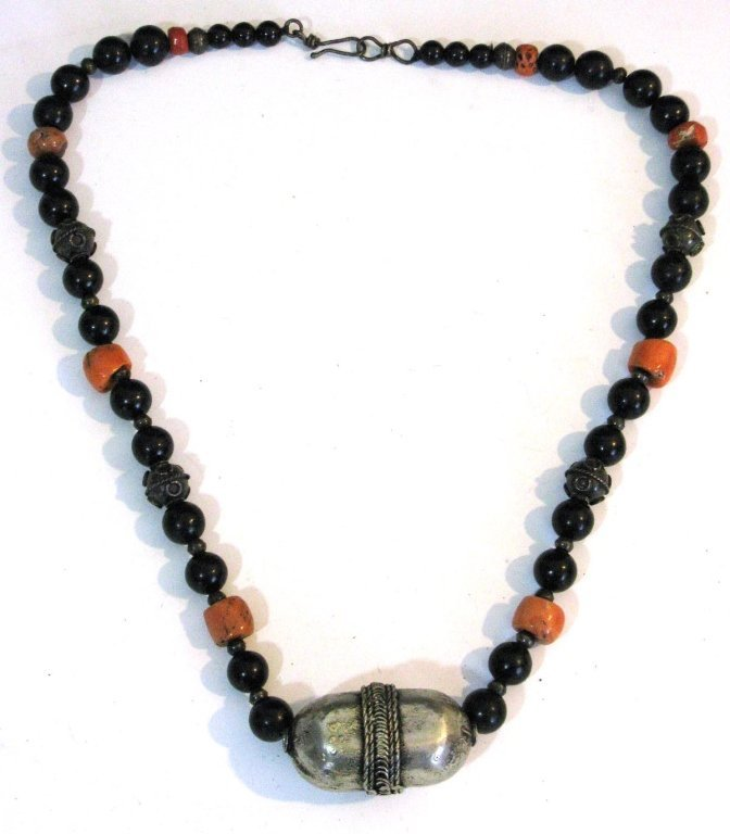 ASIAN NECKLACE WITH BLACK ONYX AND CORAL