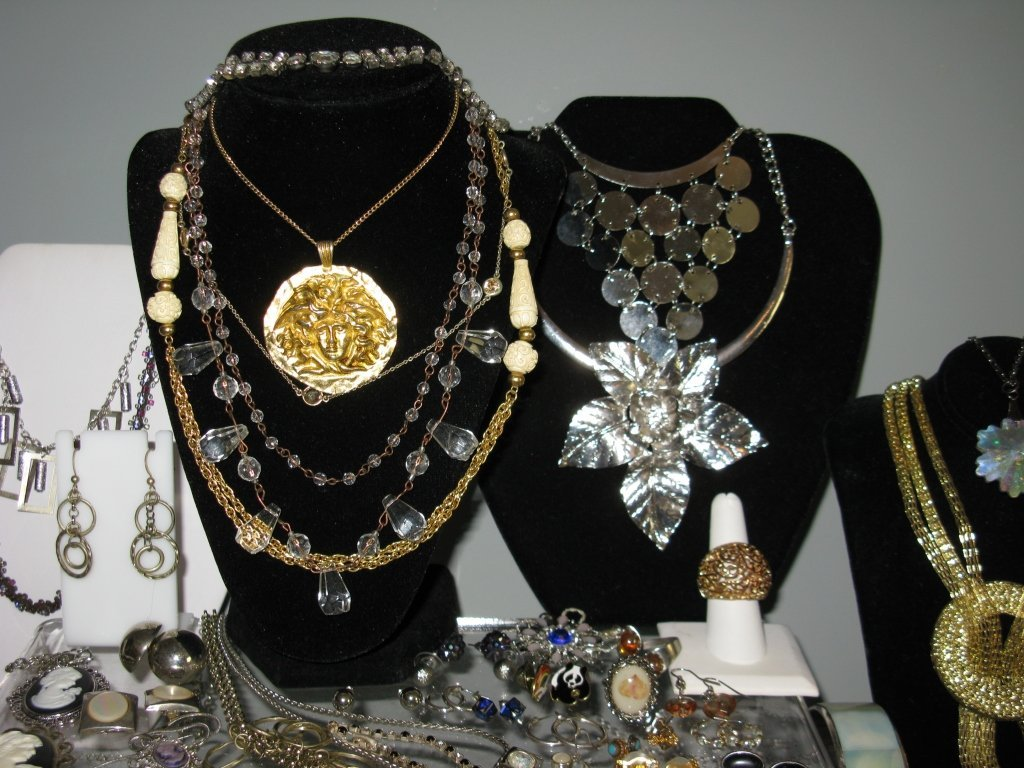 DEALERS LOT COLLECTION OF COSTUME JEWELRY - 10
