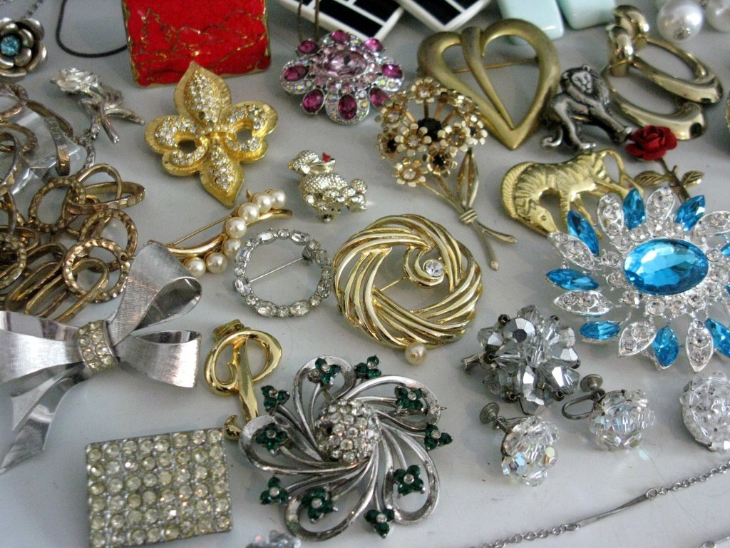 DEALERS LOT COLLECTION OF COSTUME JEWELRY - 2