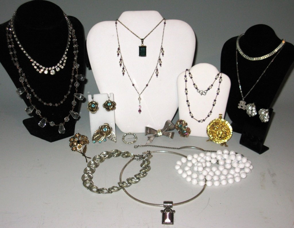 DEALERS LOT COLLECTION OF COSTUME JEWELRY - 3