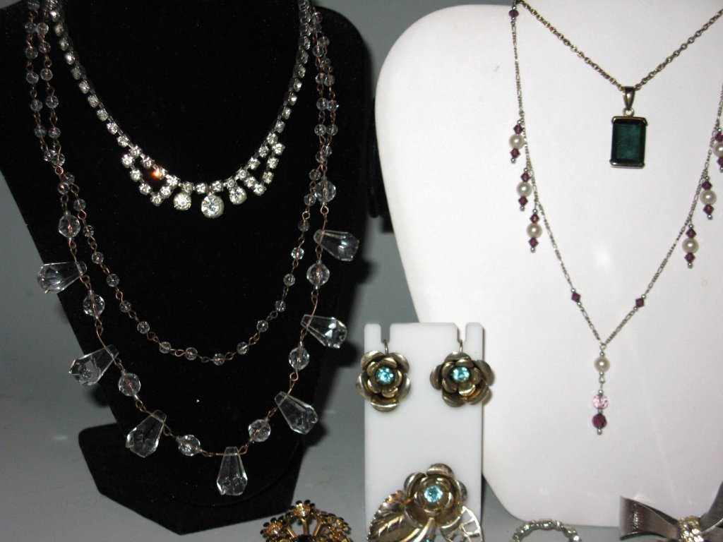 DEALERS LOT COLLECTION OF COSTUME JEWELRY - 6