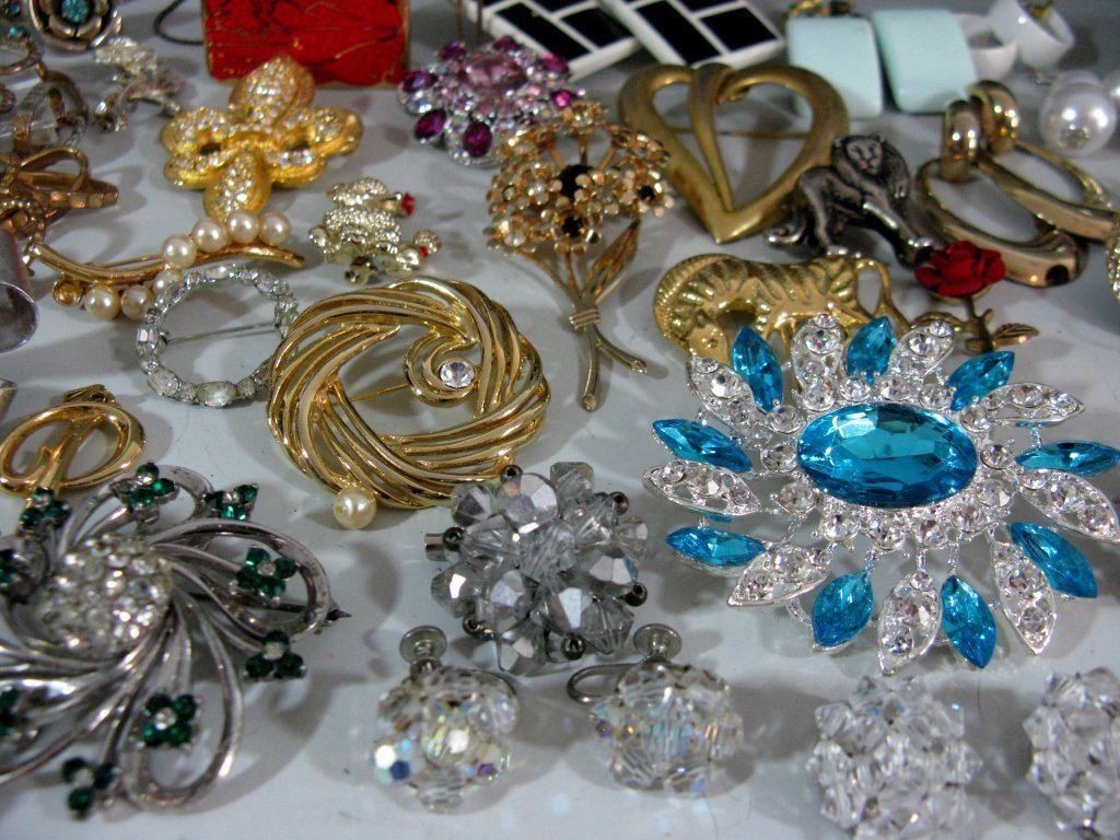 DEALERS LOT COLLECTION OF COSTUME JEWELRY - 7