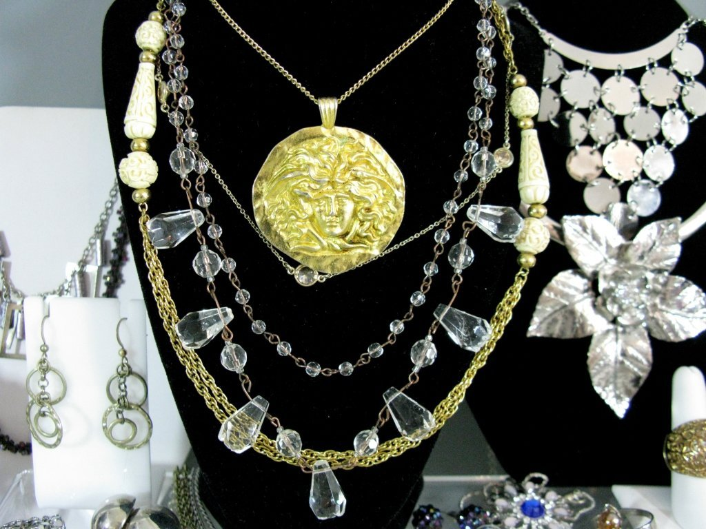 DEALERS LOT COLLECTION OF COSTUME JEWELRY - 9