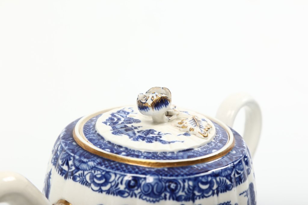 Antique Chinese Export Porcelain Teapot - 2