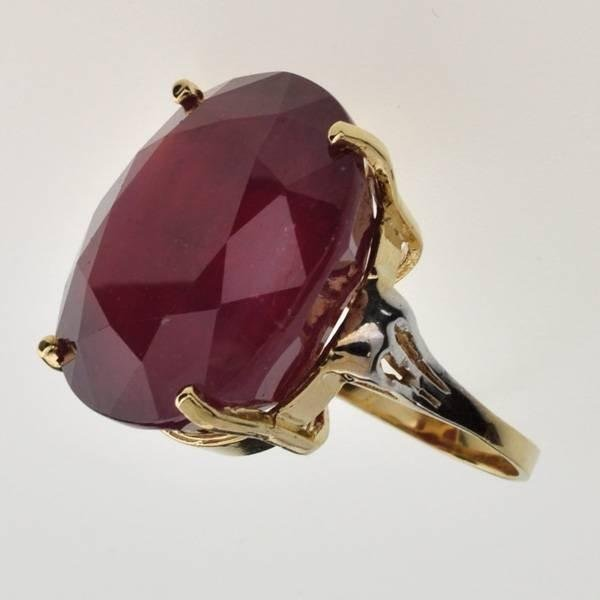 14 kt Gold 62.06CT Oval Cut Ruby Ring