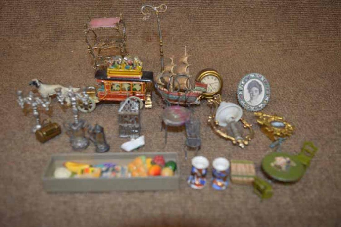 Box lot to inc:  Doll house items
