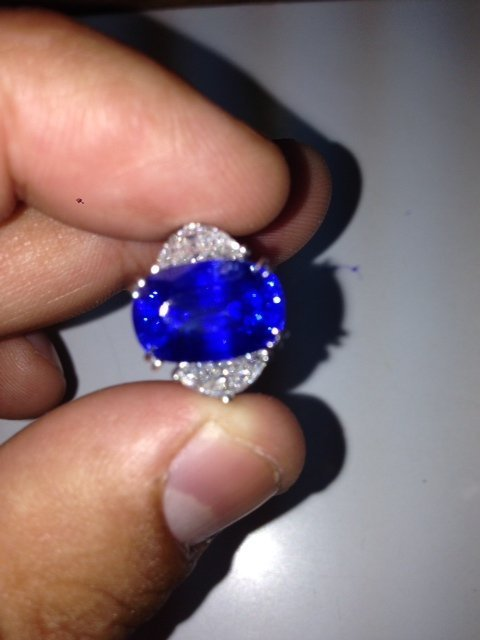 Stunning Kashmir Sapphire 7.79 Ct  - Gubelin