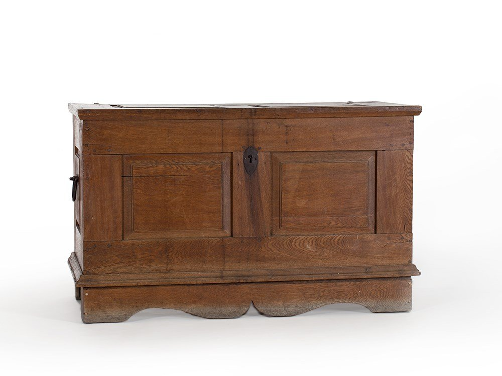 Oak Lidded Chest with Original Lock, early 18th Century