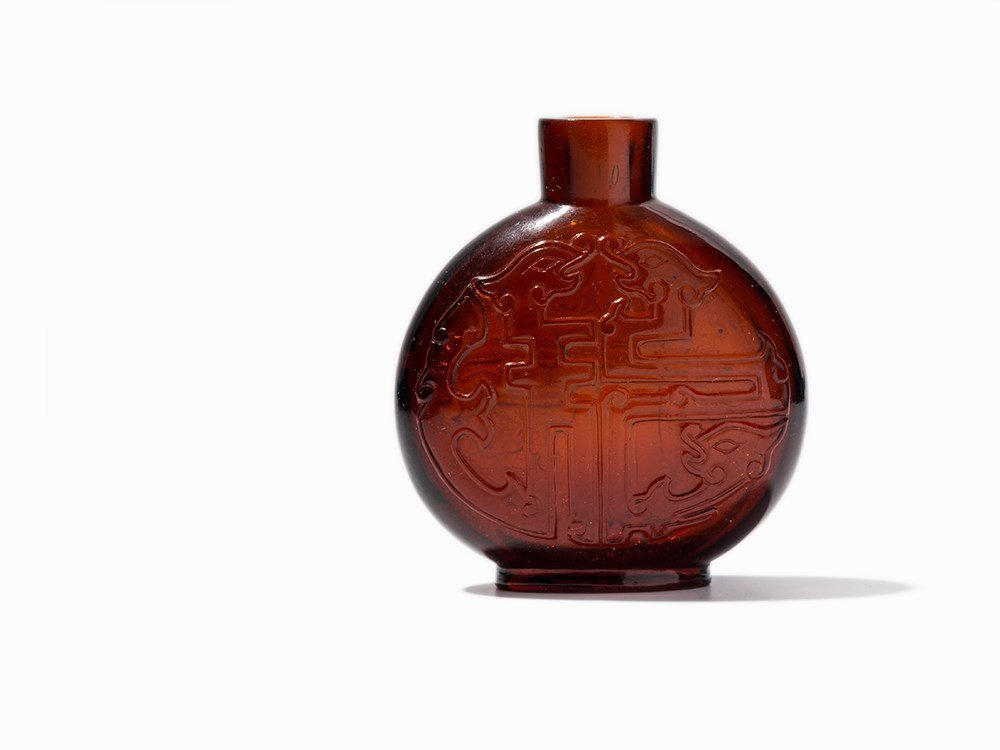 Glass Snuff Bottle With Dragon Décor, Qing Dynasty