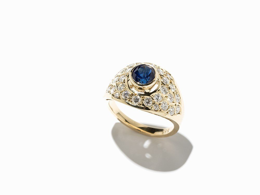 Lady's Ring with a Central Sapphire and 28 Diamonds,