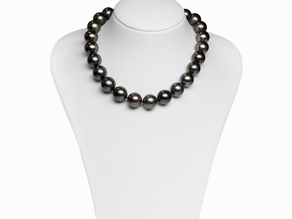 Tahitian Pearl Necklace 15.7 - 17.3 mm with 18 Karat