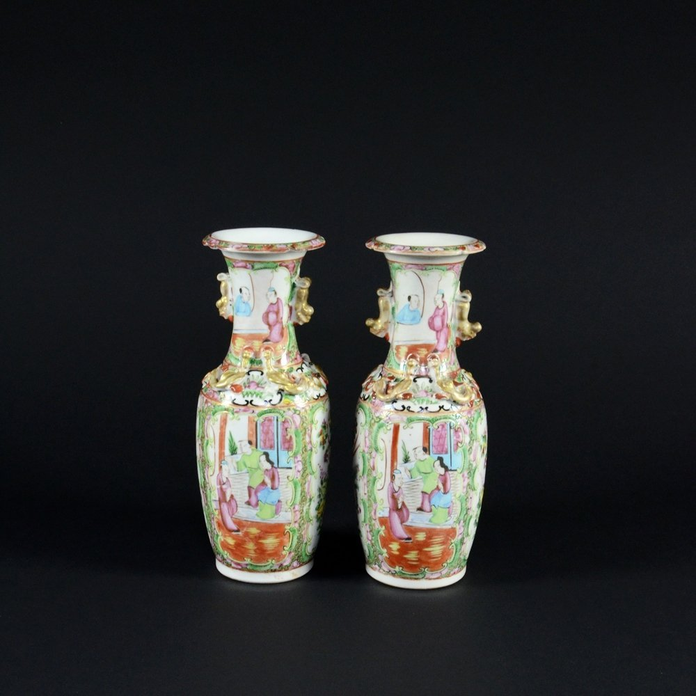 10: PAIR OF FAMILLE ROSE PORCELAIN VASES WITH HANDLES