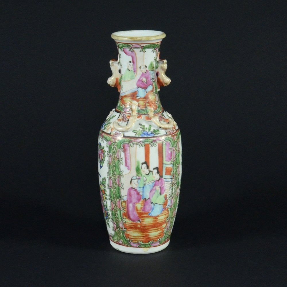 12: CHINESE EXPORT FAMILLE ROSE PORCELAIN VASE