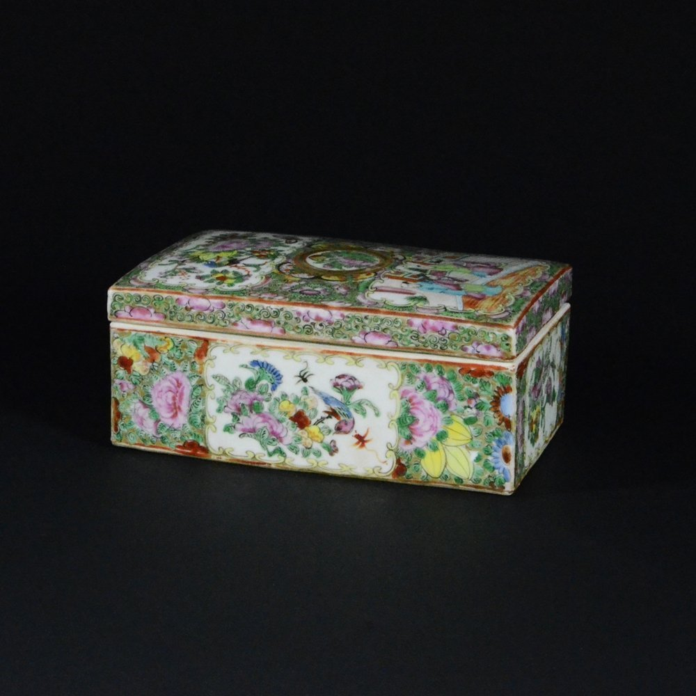 21: FAMILLE ROSE PORCELAIN BOX WITH COVER