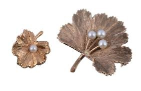 A 9 carat gold leaf brooch, the textured leaf set with