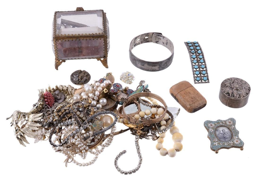 A small collection of jewellery , to include an 18