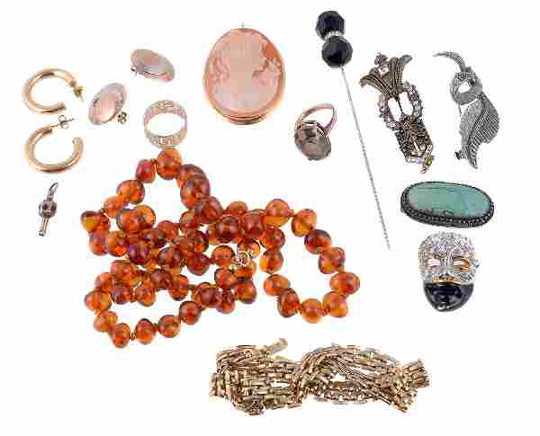 A small collection of jewellery and costume jewellery,