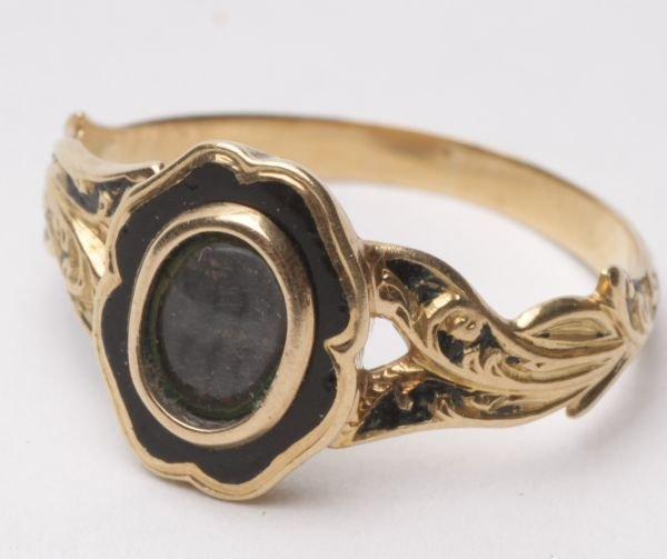 A Victorian gold and black enamel mourning ring, u