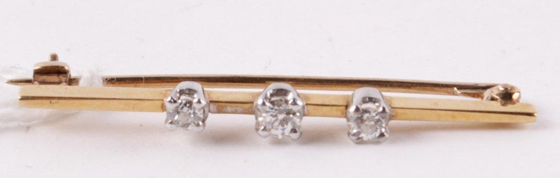 A three stone diamond bar brooch, the graduated ol