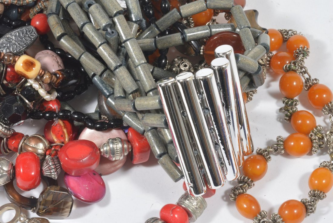 A selection of jewellery and costume jewellery, to