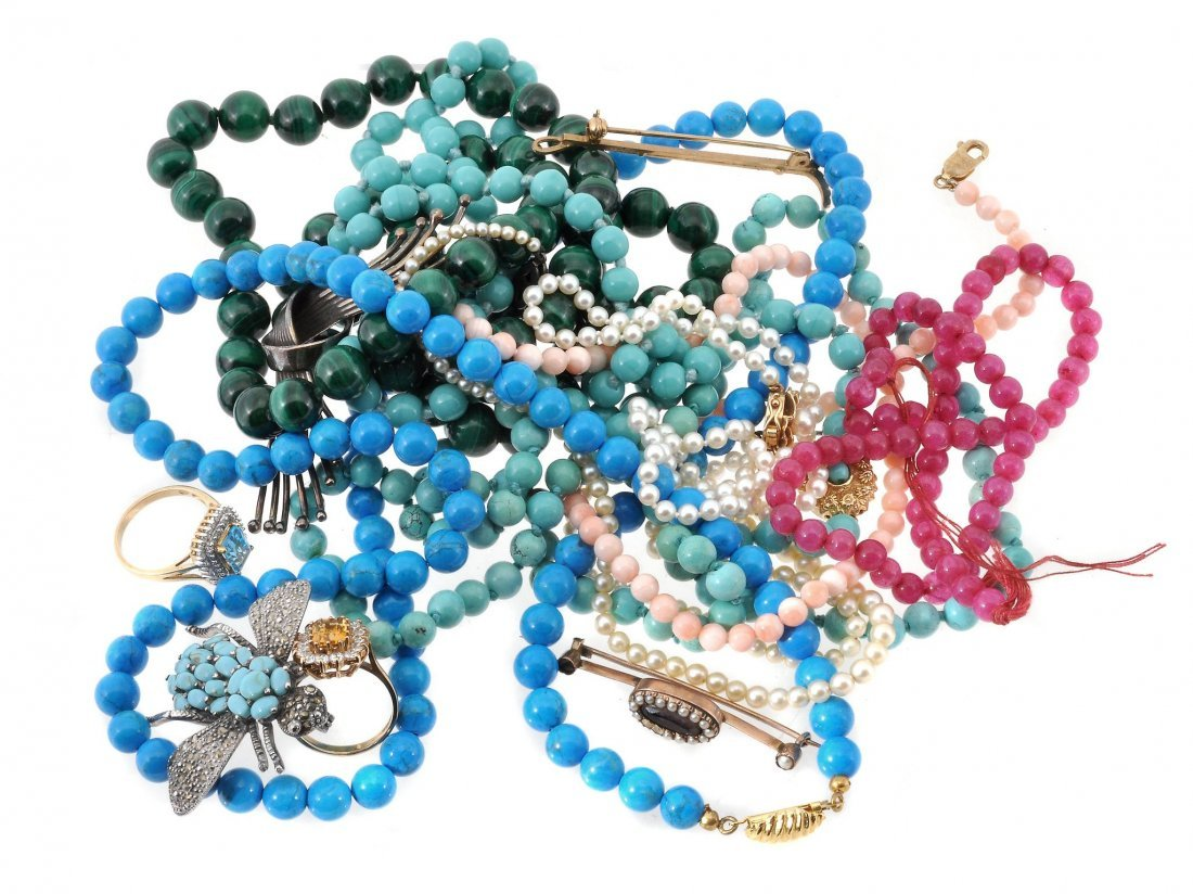 A collection of jewellery, to include: a malachite bead