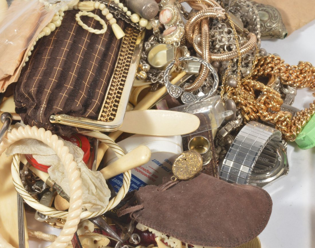 A collection of jewellery and costume jewellery, to