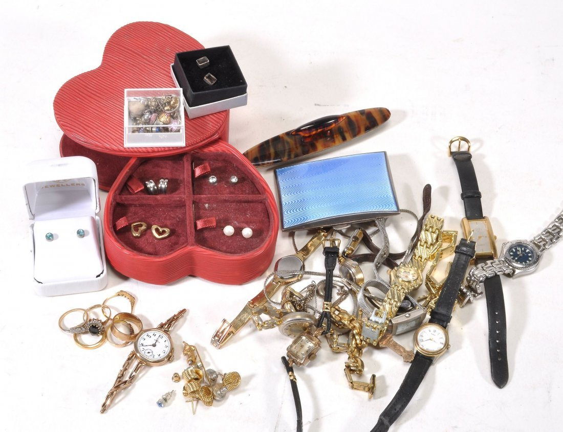 A collection of jewellery items, including a 22ct gold