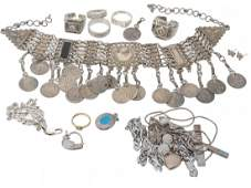 A collection of jewellery and costume jewellery to