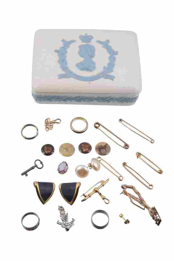 A small collection of gold jewellery, to include a bar