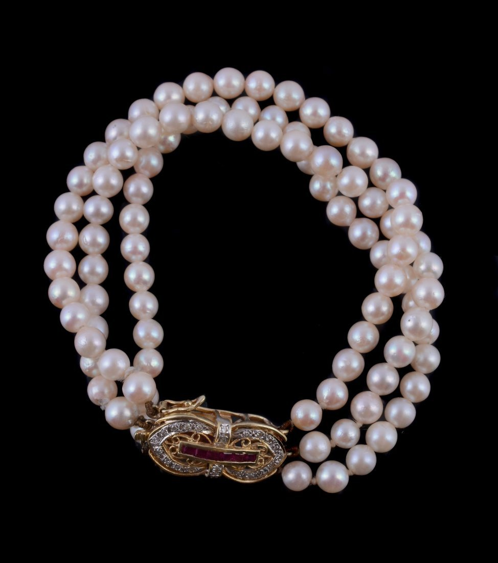 A cultured pearl bracelet , the three rows of uniform