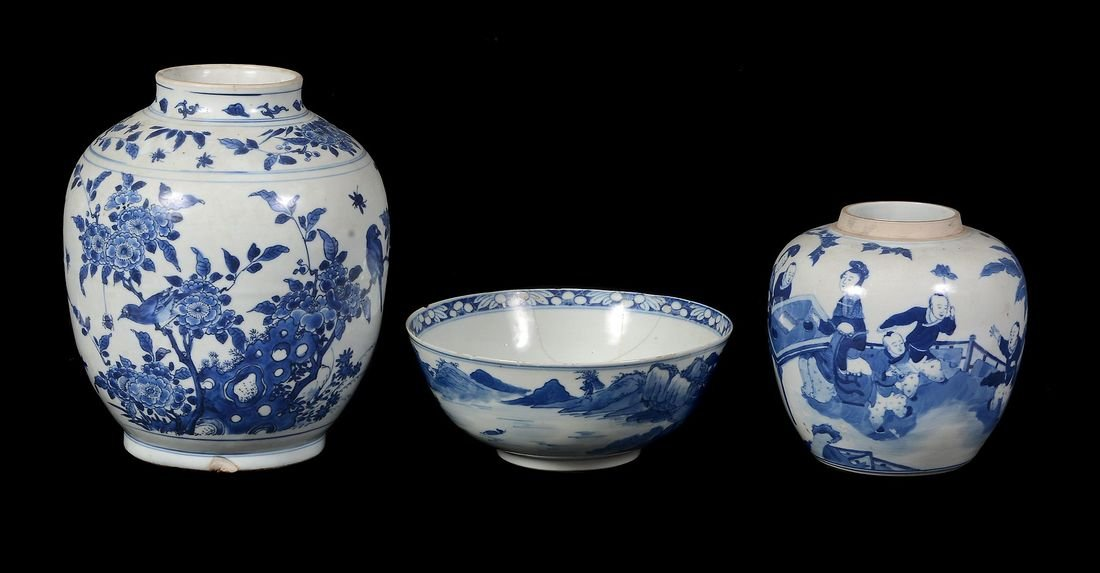 A Chinese blue and white vase , 17th century - 2