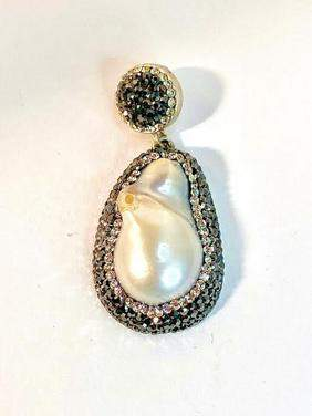 PRETTY PEARL AND CRYSTAL DROP PENDANT.