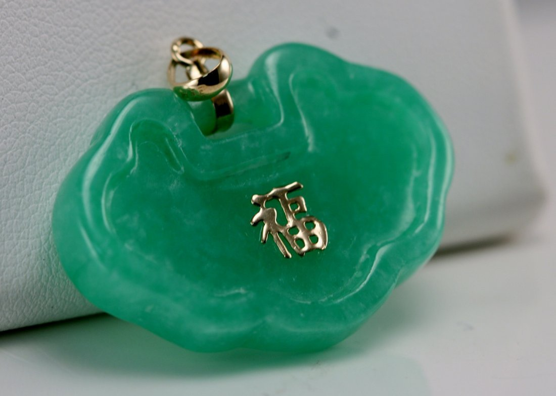 JADE AND GOLD PENDANT