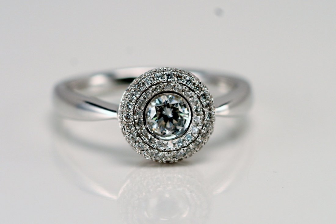 18K W/G DIAMOND RING.