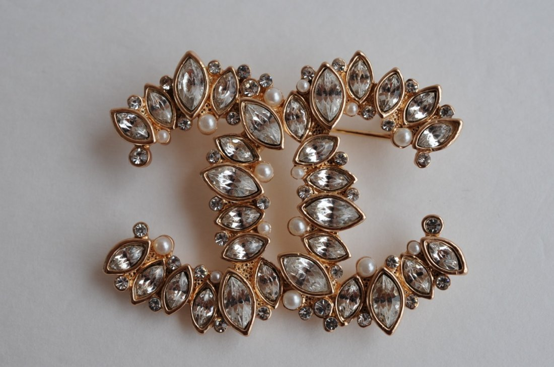 Y/G CHANEL BROOCH WITH CRYSTALS AND PEARLS