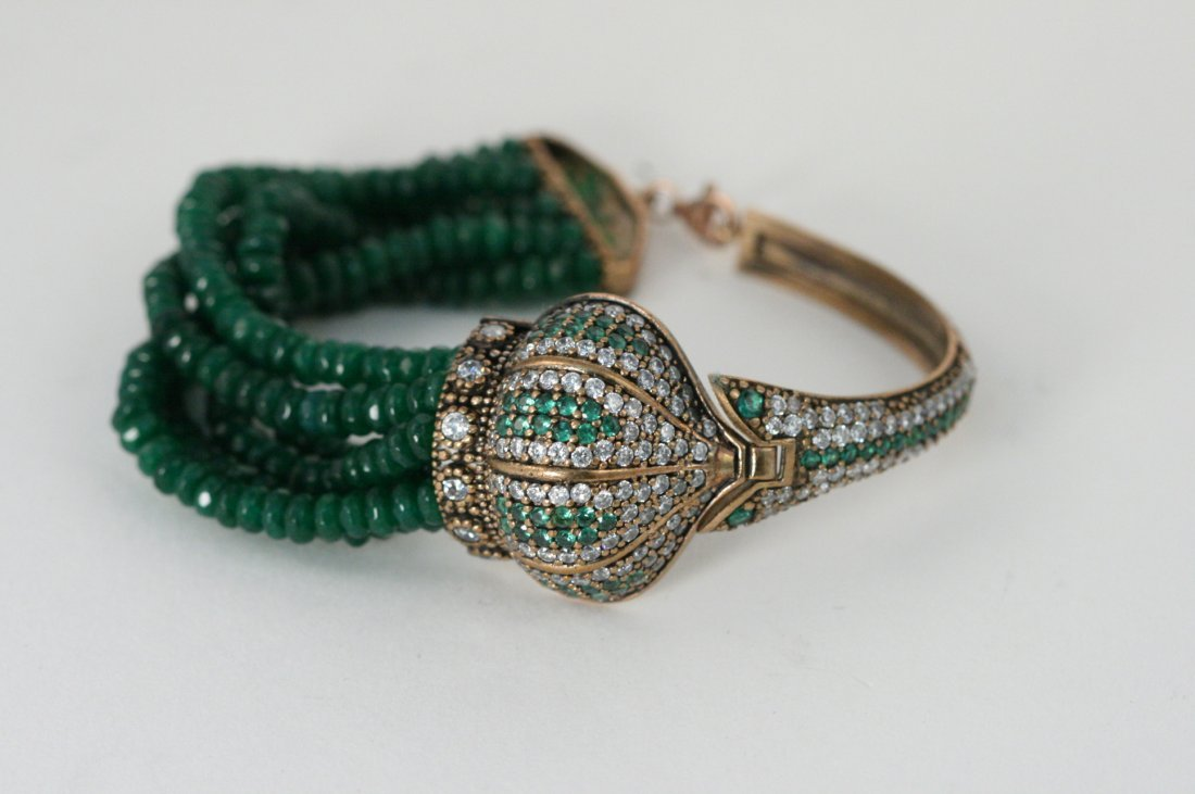 NATURAL EMERALD BRACELET WITH DECORATIVE CROWN PIECE