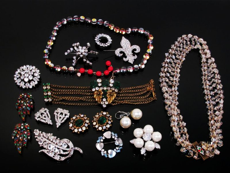 LOT LADIES COSTUME JEWELRY: VINTAGE CRYSTAL PINS+