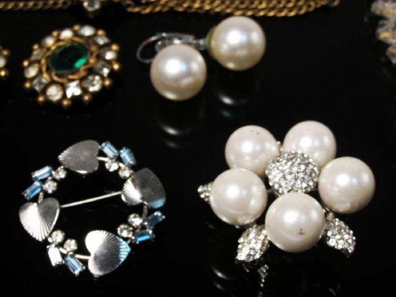 LOT LADIES COSTUME JEWELRY: VINTAGE CRYSTAL PINS+ - 2