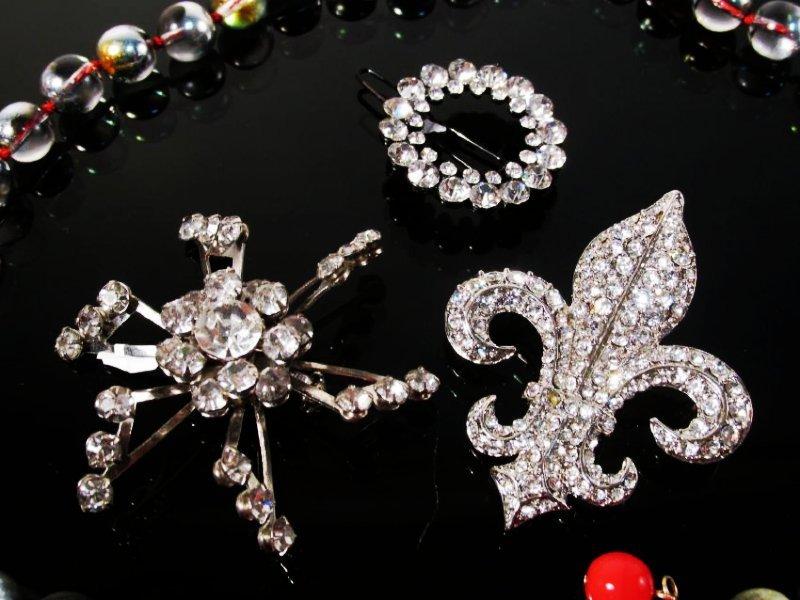 LOT LADIES COSTUME JEWELRY: VINTAGE CRYSTAL PINS+ - 6