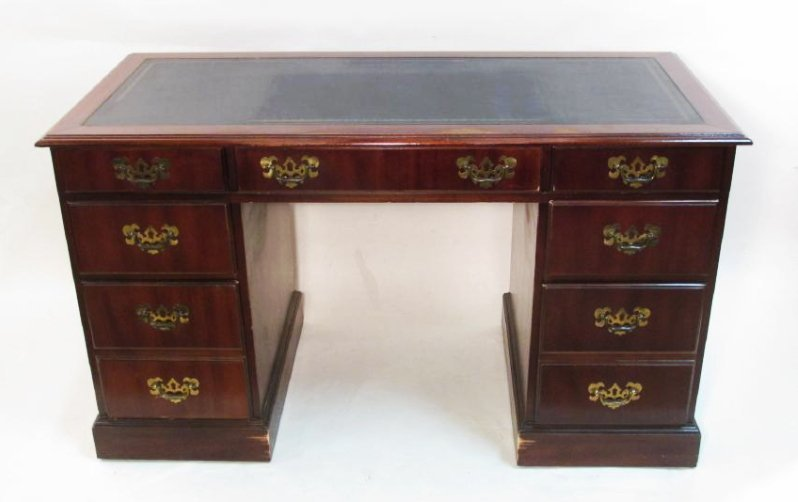 VINTAGE CHIPPENDALE STYLE MAHOGANY KNEEHOLE DESK