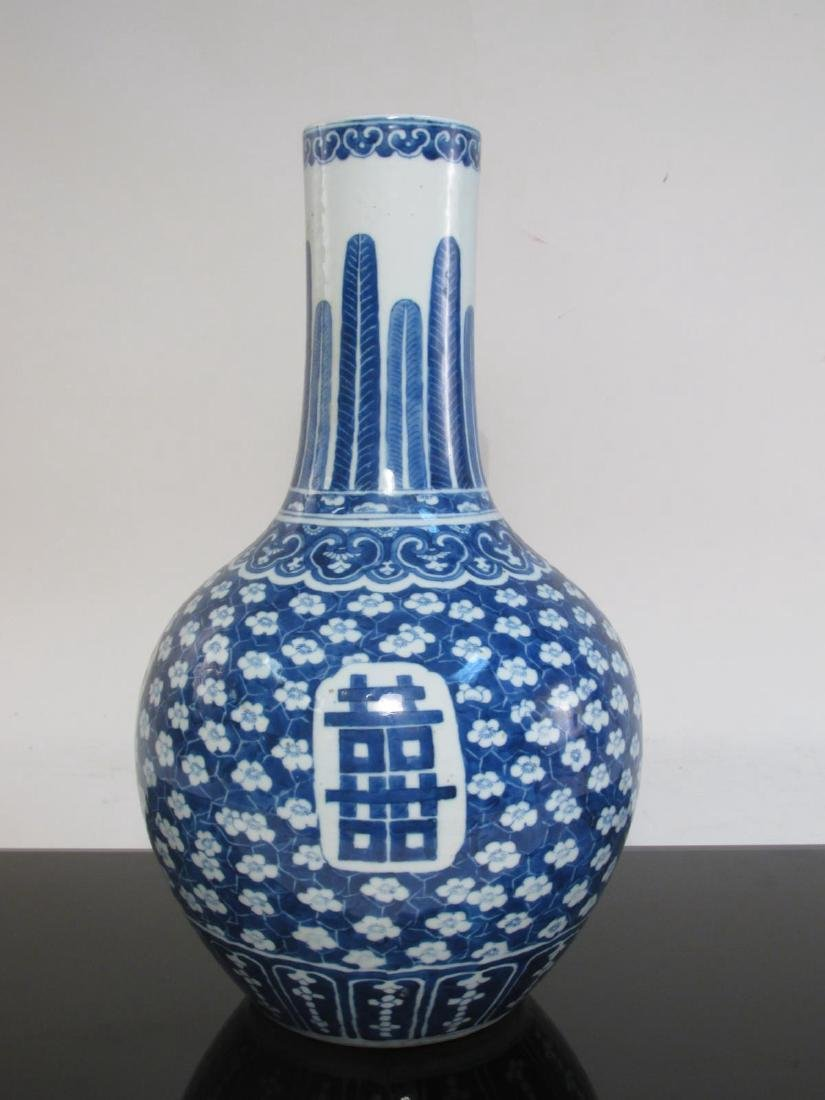 CHINESE QING DYNASTY BLUE & WHITE PORCELAIN VASE