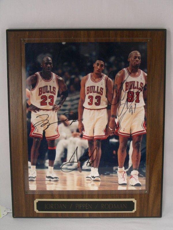 523: CHICAGO BULLS JORDAN PIPPEN RODMAN SIGNED PHOTO