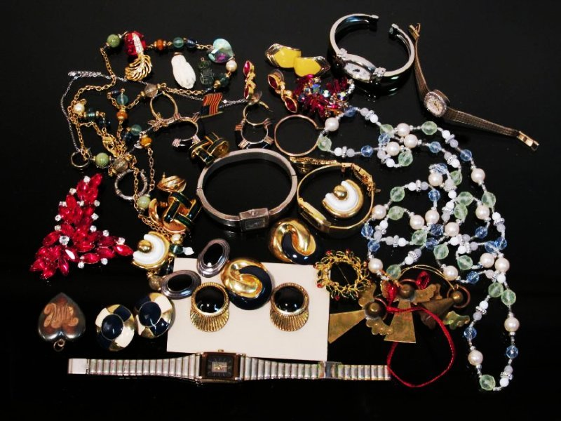 ASSORTED LADIES COSTUME JEWELRY